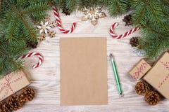 звезды абстрактной картины конструкции украшения рождества предпосылки темной красные белые Подарочные коробки, тросточка конфеты Стоковые Фотографии RF
