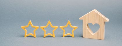 3 звезды и деревянного дом на серой предпосылке Оценка и состояние ресторана Престижность Высококачественный Оценка  стоковая фотография rf