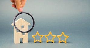 3 звезды и деревянного дом на серой предпосылке Оценка и состояние ресторана Престижность Высококачественный Оценка  стоковые изображения rf
