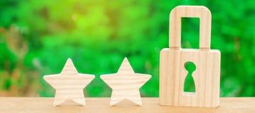 3 звезды и замок Концепция высококачественного и защиты Консолидация результатов и достижений Опознавание qual стоковое фото
