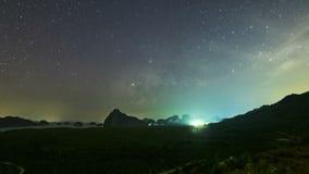 Звезды и подъем млечного пути поздно вечером, скользкие облака На красивой форме горы, Thaila видеоматериал
