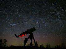 Звезды и телескоп млечного пути на ночном небе стоковое изображение rf