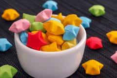 Звезды красочного origami удачливые в белом шаре стоковые изображения
