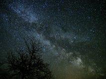Звезды млечного пути и вселенной на ночном небе стоковая фотография