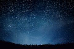 звезды ночного неба Голубое темное ночное небо с много звезд над полем травы Сияющие звезды и облака Справочная информация Стоковая Фотография