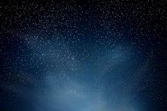 звезды ночного неба Голубое темное ночное небо с много звезд Сияющие звезды и облака Справочная информация Стоковые Фотографии RF