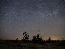 Звезды ночного неба и млечного пути, кассиопея и созвездие Андромеды над морем стоковая фотография