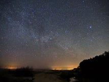 Звезды ночного неба и млечного пути, созвездие Cygnus над морем стоковые изображения