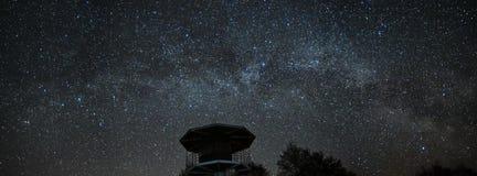 Звезды ночного неба и млечного пути, созвездие Perseus и кассиопеи над морем стоковые фото