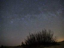 Звезды ночного неба и млечного пути, созвездие Perseus над морем стоковое изображение rf