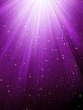 Звезды падают на пурпуровые светящие лучи. EPS 8 Стоковые Изображения RF