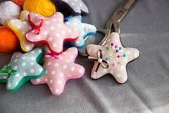 Звезды сделанные из ткани с иглами Стоковая Фотография RF