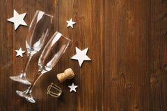Звезды стекла и wihte шампанского Нового Года на старом деревянном поле стоковое фото rf