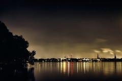 Звезды чернят рождества города Гамбурга Германии дерева озера Alster панораму облака ночи неба панорамы плавания известного роман стоковое фото