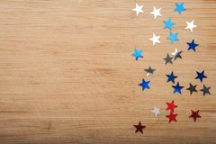Звезды Confetti на деревянной предпосылке 4-ое июля, День независимости, карточка, приглашение в США сигнализирует цвета Взгляд о Стоковые Фото