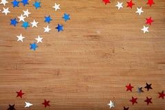 Звезды Confetti на деревянной предпосылке 4-ое июля, День независимости, карточка, приглашение в США сигнализирует цвета Взгляд о Стоковые Изображения RF