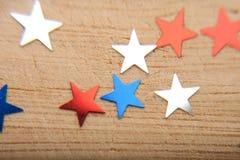 Звезды Confetti на деревянной предпосылке 4-ое июля, День независимости, карточка, приглашение в США сигнализирует цвета Взгляд о Стоковая Фотография RF