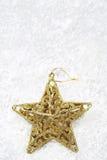 Звезда золота на снеге для рождества украшения Стоковая Фотография RF