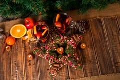 Звезда рождества близко обдумывала вино с плодоовощами и специями на деревянном столе Украшения Xmas в предпосылке стекла 2 Warmi Стоковое Изображение RF