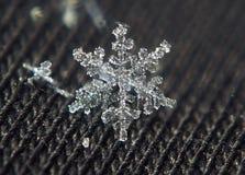 Звезда снежинки сияющая кристаллическая на черной предпосылке Стоковое Изображение RF