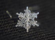 Звезда снежинки сияющая кристаллическая на черной предпосылке Стоковое Фото