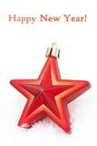 Звезда украшения рождества красная в изолированном снеге, Стоковые Изображения RF