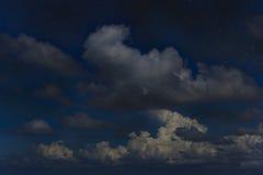 Звездная ночь на голубом небе с белой пользой облаков для универсальной Стоковые Фото