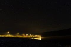 Звездная ночь на озере, света скоростного шоссе стоковые изображения rf