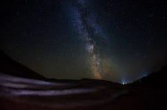 Звездная ночь с млечным путем стоковая фотография