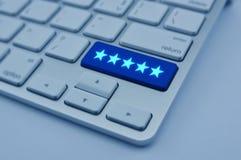 5 звезд на современной клавиатуре компьютера застегивают, оценка увеличения, стоковая фотография rf