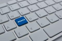 5 звезд на современной клавиатуре компьютера застегивают, оценка увеличения, стоковое изображение