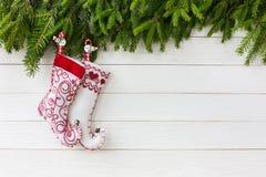 звезды абстрактной картины конструкции украшения рождества предпосылки темной красные белые Носки рождества на белой деревянной п Стоковое фото RF