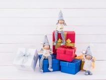 звезды абстрактной картины конструкции украшения рождества предпосылки темной красные белые Украшение рождества с красными и голу Стоковые Изображения RF