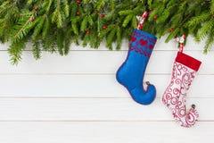 звезды абстрактной картины конструкции украшения рождества предпосылки темной красные белые Ель рождества, носки рождества на бел Стоковая Фотография RF