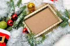 звезды абстрактной картины конструкции украшения рождества предпосылки темной красные белые Хворостина сосны с серпентином Стоковая Фотография RF