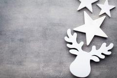 звезды абстрактной картины конструкции украшения рождества предпосылки темной красные белые Белые украшения дерева на сером backg Стоковое Изображение RF