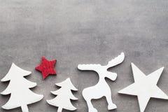 звезды абстрактной картины конструкции украшения рождества предпосылки темной красные белые Белые украшения дерева на сером backg Стоковое фото RF