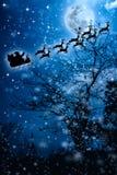 звезды абстрактной картины конструкции украшения рождества предпосылки темной красные белые Силуэт летания Санта Клауса на slei Стоковое фото RF