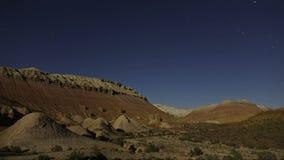 Звезды и луна Timelapse в ночном небе каньона акции видеоматериалы