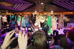Звезды на этапе на представлении Лены Lenina играют главные роли Стоковые Изображения