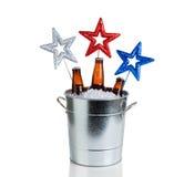 Звезды праздника и ведро льда и холодного пива на белом backgroun стоковое фото rf