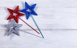 Звезды праздника на белых деревянных досках Стоковая Фотография