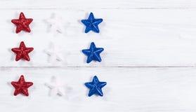 Звезды праздника США на белых деревянных досках Стоковые Изображения RF