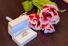 Звените в коробке и букете цветков Стоковое Изображение