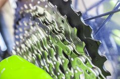 Звенья цепи велосипеда над chainrings на MTB стоковое фото