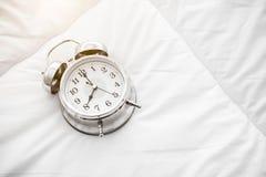 Звеня будильник на белой простыне Взгляд сверху объекта создание часов 8 o стоковое фото rf