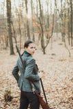 Звероловство женщины охотника Охотиться в портрете леса осени охотника женщины красоты Сезон звероловства стоковые изображения rf