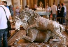 Звероловство льва Статуя льва порочно атакуя лошадь стоковые фотографии rf