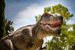 Звероловство гада изверга динозавров тиранозавра в лесе Стоковые Изображения