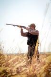 Звероловство дикой утки охотника Стоковые Изображения